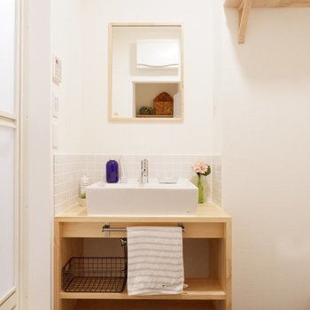 洗面台も、木枠とタイルがポイントのシンプルデザイン