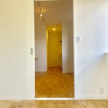 【5J居室】お部屋の1番奥から玄関の方まで見渡してみます。すみずみまでパーチの無垢床。