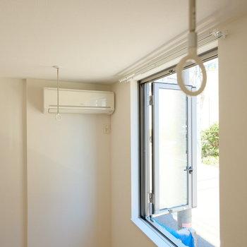 室内干しの器具もちゃんとエアコン前についてますよ。