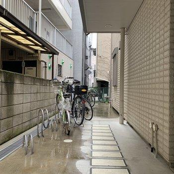 自転車はオブジェのように、整理整頓しましょ。