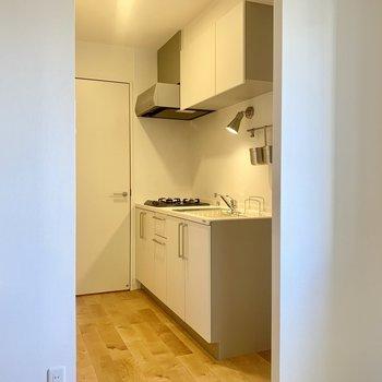 【8.5Jダイニング】キッチンもきれいなだけじゃない!しっかり収納も備えてます。