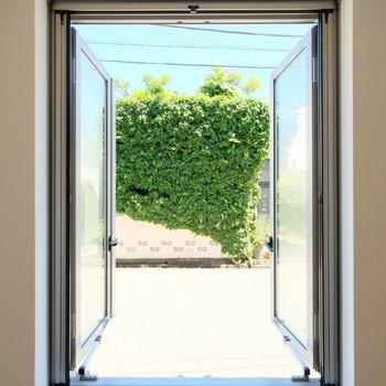 窓がそのまま絵画になるお部屋。