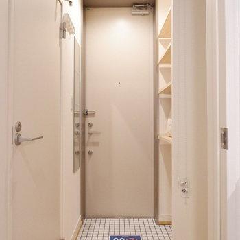 玄関は白タイルで清潔な印象に