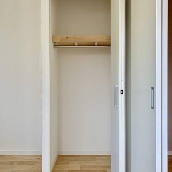 【5J居室】引き戸のとなりには収納が。