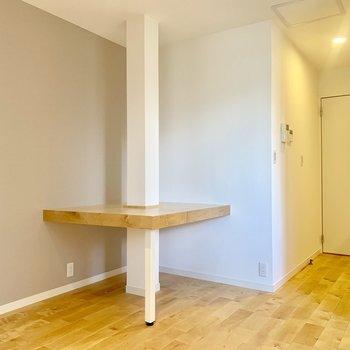 【8.5Jダイニング】お部屋の角に発見!ご飯を食べたり仕事や勉強をしたり…。お友達を呼んで2人でも使えそうす。