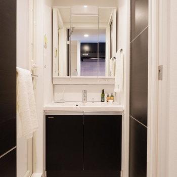 脱衣所には洗面台のみがあるタイプ。※写真は5階の同間取り別部屋のものです