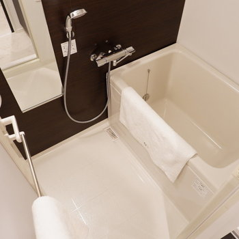脱衣所左手にお風呂。※写真は5階の同間取り別部屋のものです