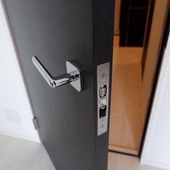 防音扉があるので、聴くも良し、弾くも良し、観るも良し。※写真は5階の同間取り別部屋のものです