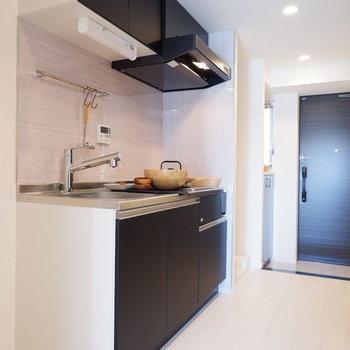 キッチンもモノトーンに。※写真は5階の同間取り別部屋のものです