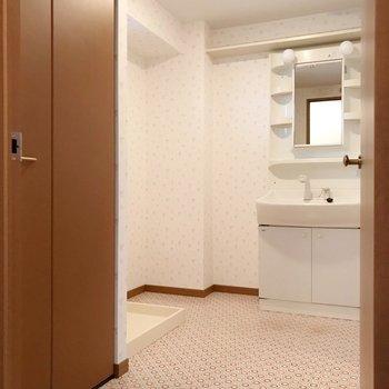 脱衣所は床が可愛いんです。洗面台の隣にワゴンなど置けそうですね。