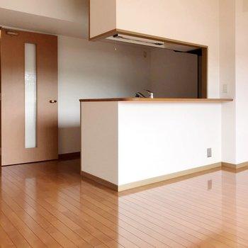 【LDK】キッチンの裏に冷蔵庫や食器棚、サイズを選ばず置けますよ。