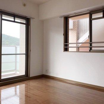 【洋5.8帖】リビングの隣のお部屋。2面採光で明るいです。