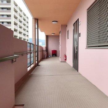 他のお部屋もファミリーさんが多いのかな。共用廊下もしっかり清掃されていて綺麗です!