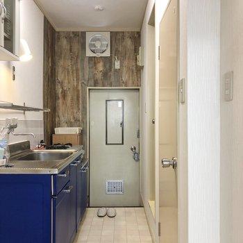 床のタイルと壁紙がいい感じです。