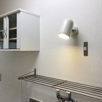 キッチンのライトと棚が可愛らしいですね。