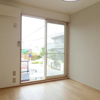2/3が窓、お部屋のコンパクトさが伝わってきます。