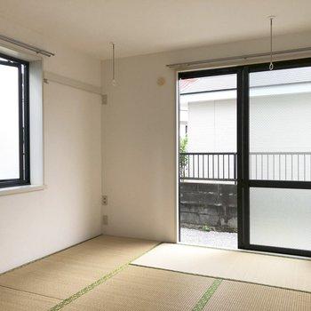 こちらは窓がふたつ。室内物干しフックがあるのも嬉しい。カーテンレールもあります。※前回募集時の写真です