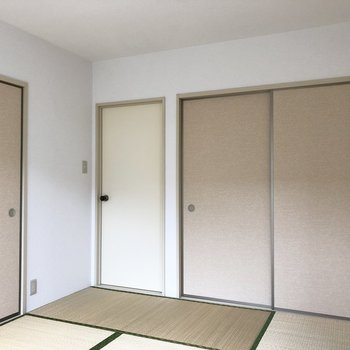 正面、クリーム色の扉はキッチン側につながる出入口です。※前回募集時の写真です