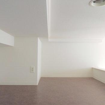 薄めのマットレスを敷いたら寝床にできそうです※似た間取りの別部屋の写真です