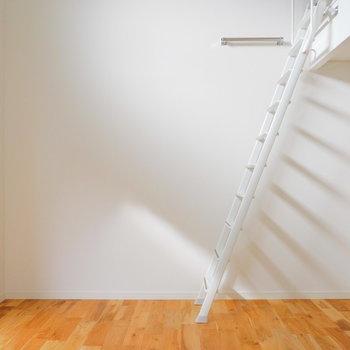 絵になるはしごですね、上ってみましょう。※似た間取りの別部屋の写真です