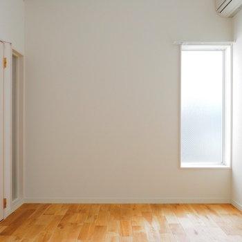 2面採光で明るい室内。※似た間取りの別部屋の写真です