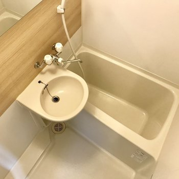 お風呂は木目調のクロスです。(写真はクリーニング前の物です)