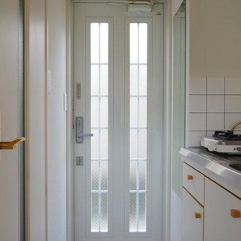玄関ドアも光が通るようになってます※似た間取りの別部屋の写真です