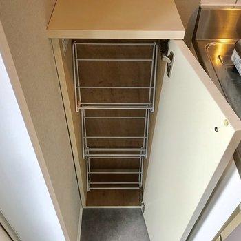 シューズボックスもキッチン横に。(写真はクリーニング前の物です)