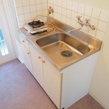 キッチンは1口ガスですがシンクが広い!※似た間取りの別部屋の写真です