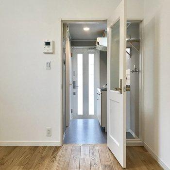 居室側から。玄関扉も光が入るので明るい印象です。(写真はクリーニング前の物です)