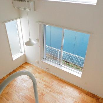 上にも窓がついているので明るいんです。※似た間取りの別部屋の写真です