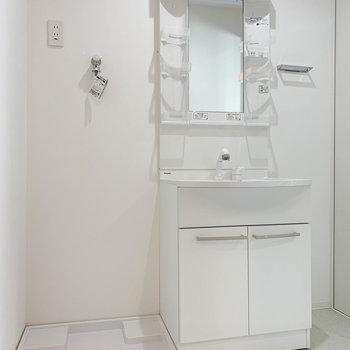 脱衣所に洗面台と洗濯機置き場があります。※写真は前回募集時のものです