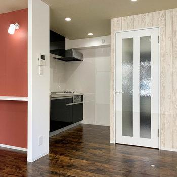 玄関前に扉があります。キッチンスペースもゆったり。※写真は前回募集時のものです