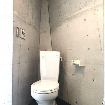 【下階】端にトイレ