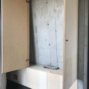 【上階】まさかの壁がななめ。入れるものは限られそう