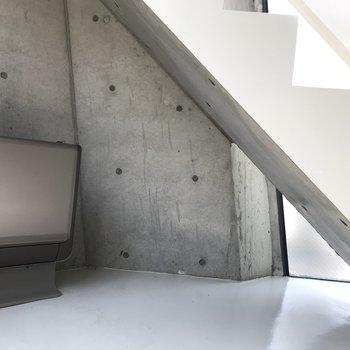 【下階】階段下は収納に使えそう