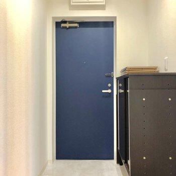 玄関はブルーときたか!