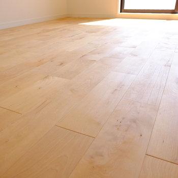 床は光沢のあるバーチ材