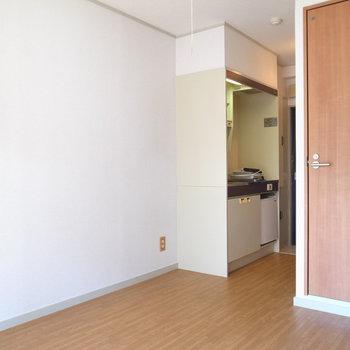 キッチンのとなりにスリムな棚が置きやすいです。