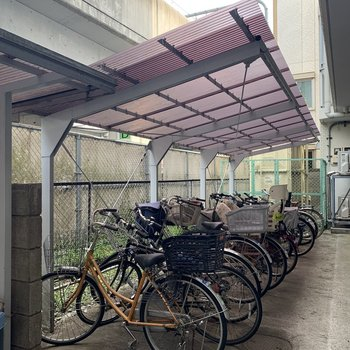 自転車置き場もしっかり屋根付き