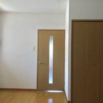 ドアや収納、床のカラーも統一感がありますね