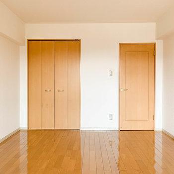 【洋室】バルコニー側から見ると収納が。※写真は2階反転間取り別部屋のものです