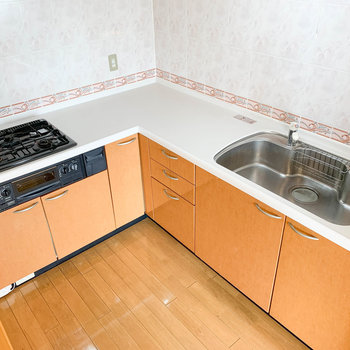 【LDK】作業スペースたっぷりのL字3口コンロ※写真は2階反転間取り別部屋のものです
