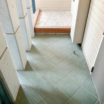 玄関前のスペース。ベビーカーなどかさ張るものの置き場にもgood※写真は2階反転間取り別部屋のものです