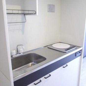 一口コンロながらゆったりしたキッチンです※写真は4階の同間取り別部屋のものです