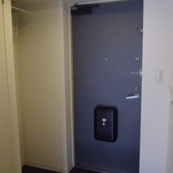 玄関もクールに・・・※写真は4階の同間取り別部屋のものです