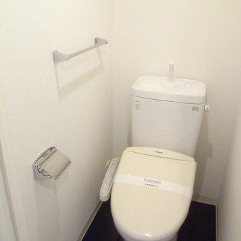 清潔感のあるトイレ、床がブラックは珍しい!※写真は4階の同間取り別部屋のものです