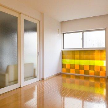 【DK側洋室】DKを仕切るのはくもりガラス。
