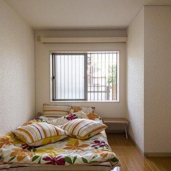 【洋室】窓からは明るい光が入ります。