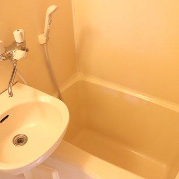 お風呂の浴槽は深めです